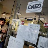 Un ciudadano sale de una oficina de empleo en Atenas (Grecia)