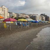 Sombrillas colocadas en una playa