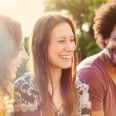 Grupo de personas riendo
