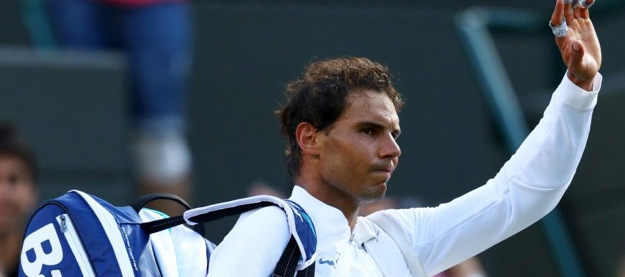 Rafa Nadal saluda al público tras su debut en Wimbledon