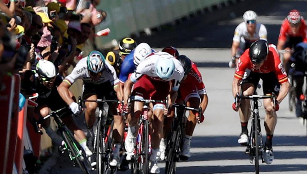 Momento en el que Sagan mete el codo Cavendish durante el final de etapa