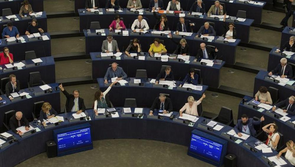 Varios eurodiputados votan sobre el acuerdo de diálogo UE-Cuba en el Parlamento Europeo