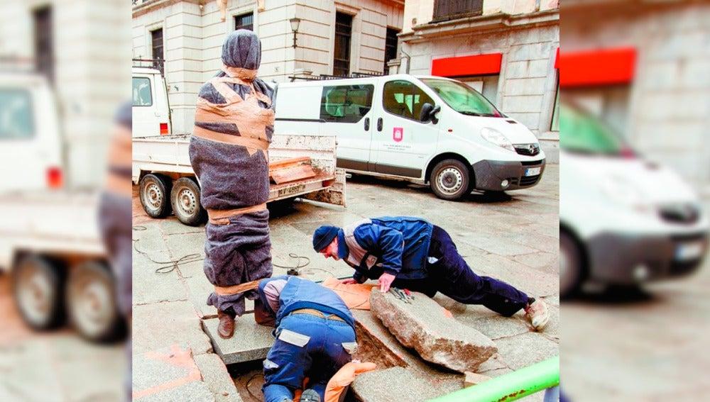 Retiran la estatua de Adolfo Suárez tras ser golpeada por un coche en el centro Ávila