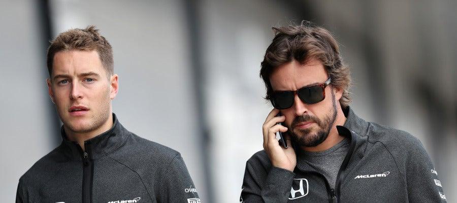 Fernando Alonso habla por teléfono junto a Stoffel Vandoorne