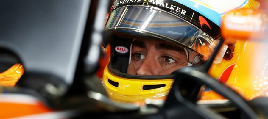 Fernando Alonso, en el cockpit del MCL32