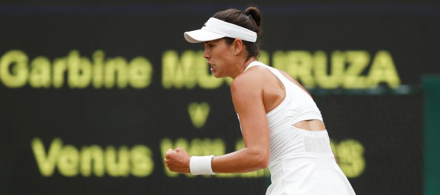Garbiñe Muguruza celebra con el puño tras ganar el primer set a Venus Williams