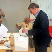 Ximo Puig votando en las primarias del Partido Socialista en la Comunidad Valenciana