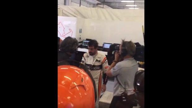 Fernando Alonso entra en el box tras abandonar en Silverstone