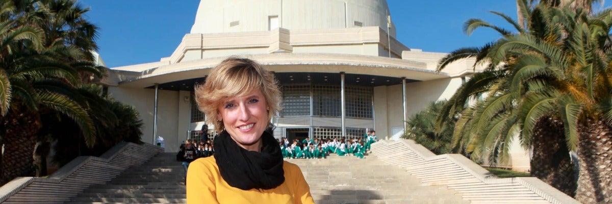 La concejal Verónica Ruíz frente al planetario de Castellón