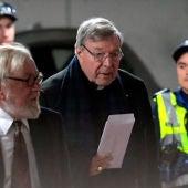 El cardenal Pell llegando al tribunal australiano