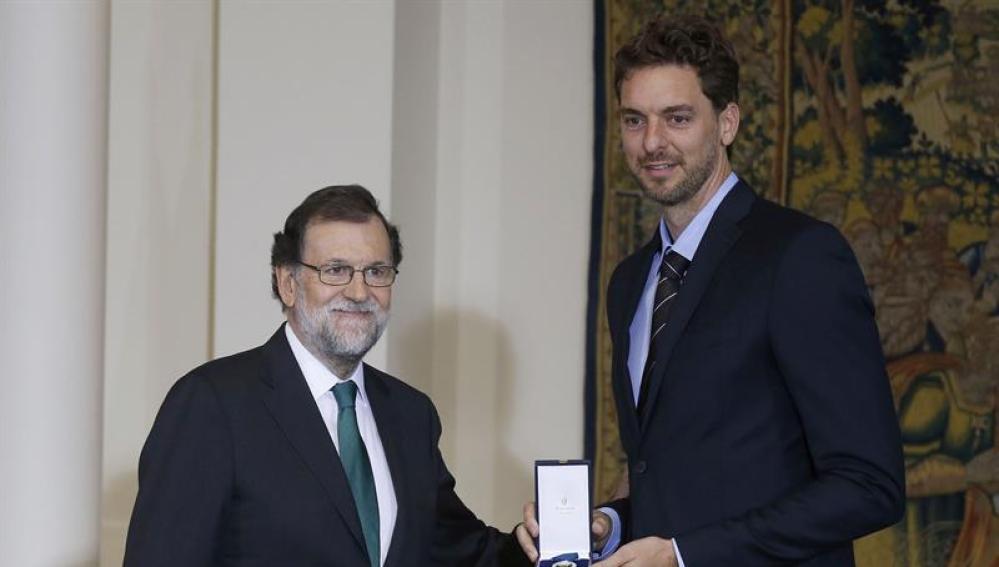 Mariano Rajoy y Pau Gasol posan con la Medalla de oro al mérito en el trabajo