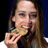 Mireia Belmonte posa con la medalla de oro