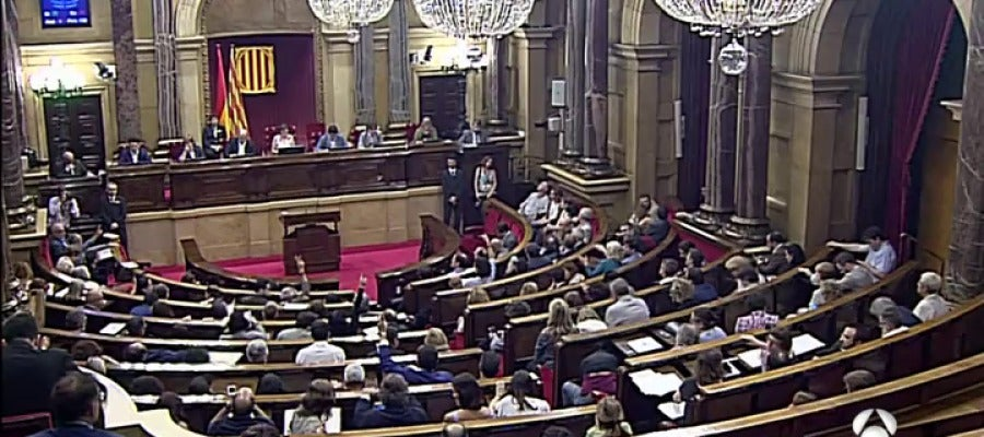Puigdemont y los diputados de Junts pel Sí firman de forma conjunta le ley del referéndum