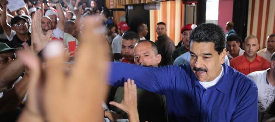 Nicolás Maduro abre la jornada electoral en Venezuela depositando el primer voto