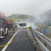 Fallece el conductor de un camión tras salirse de la vía en la A8