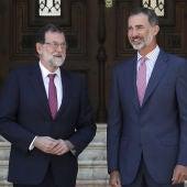 El Rey Felipe VI con Mariano Rajoy en el Palacio de Marivent