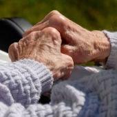 Imagen de las manos de una persona mayor
