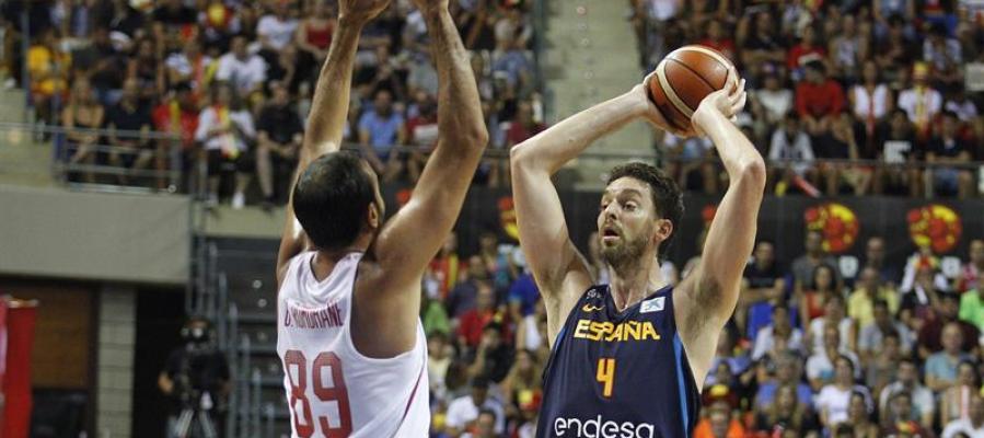 Pau Gasol con el balón en el España-Túnez de preparación para el Eurobasket 2017