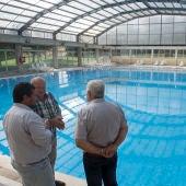 Javier Moliner en su visita a la piscina municipal.