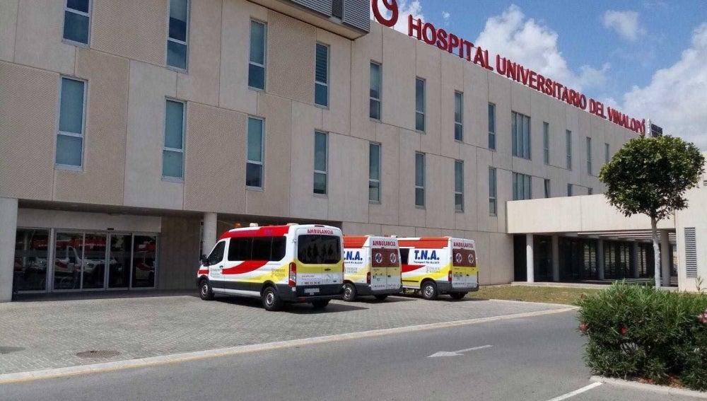 Ambulancias estacionados junto al área de Rehabilitación del Hospital del Vinalopó de Elche