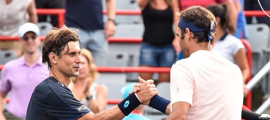 Roger Federer saluda a Davi Ferrar en el Masters de Montreal
