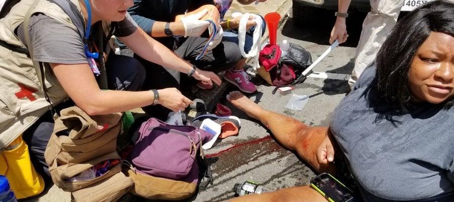 Uno de los heridos, siendo atendido por los servicios sanitarios