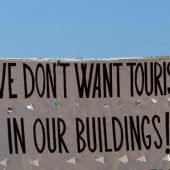 Pancarta en la playa de la Barceloneta.