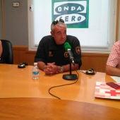La comerciante María José Chacón; el guardia urbana, Miguel; y el coordinador de Cruz Roja Barcelona, David Jové