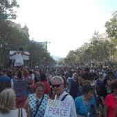 Asistentes a la manifestación contra el terrorismo en Barcelona