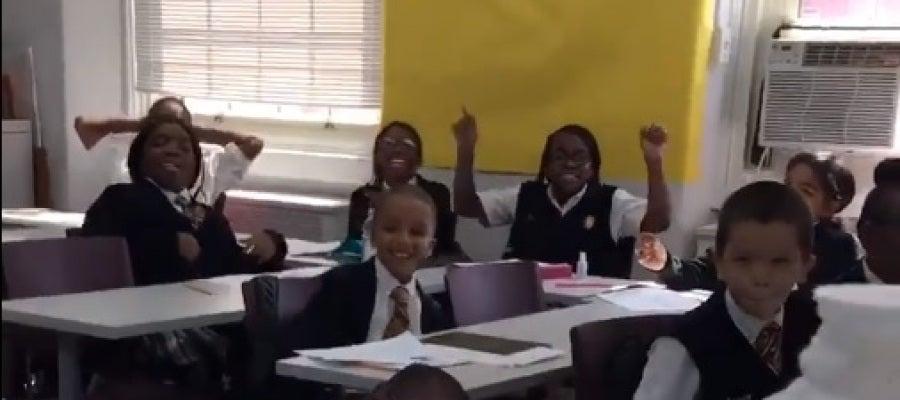 Los alumnos bailando el rap