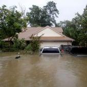 Casas y coches parcialmente sumergidos por las aguas a causa de la tormenta tropical Harvey en el este de Houston, Texas