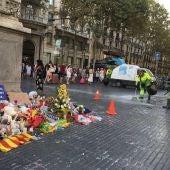 El Ayuntamiento de Barcelona retira de La Rambla los homenajes a las víctimas de los atentados
