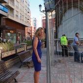 La alcaldesa Amparo Marco supervisando las obras del aseo de la plaza de la Paz.