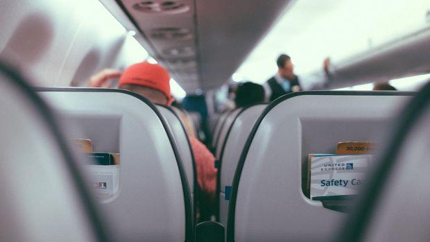 Crónicas agustinas | ¿Se debe pedir permiso a la persona que viaja detrás en el avión antes de reclinar el asiento?