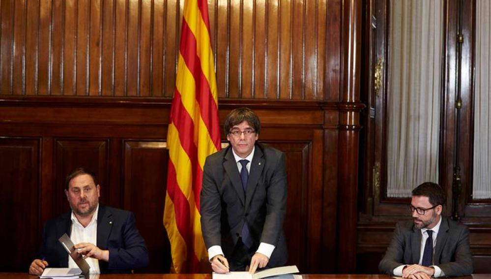 Puigdemont y consellers firman en el Parlament el decreto de convocatoria del referéndum del 1-O