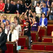 Diputados de Junts pel Sí y de la CUP cantan Els Segadors tras la aprobación de la a ley del referendum