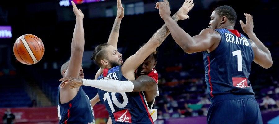 Schroder pasa el balón ante la defensa de Francia