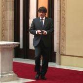 El presidente de la Generalitat, Carles Puigdemont, sale de su despacho en el Parlament de Cataluña