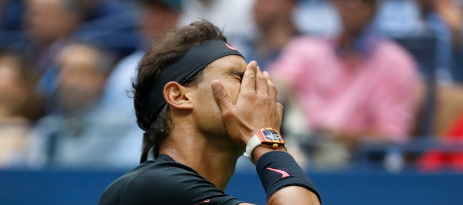 Rafa Nadal se echa la mano a la cara en la final del US Open