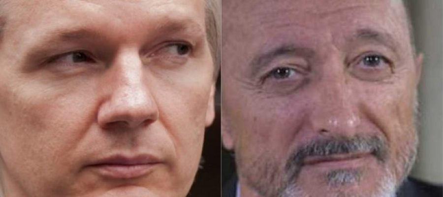 Julian Assange y Arturo Pérez-Reverte se enfrentan en Twitter