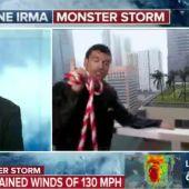 Instantánea del reportero estadounidense atado para protegerse del Huracán Irma.