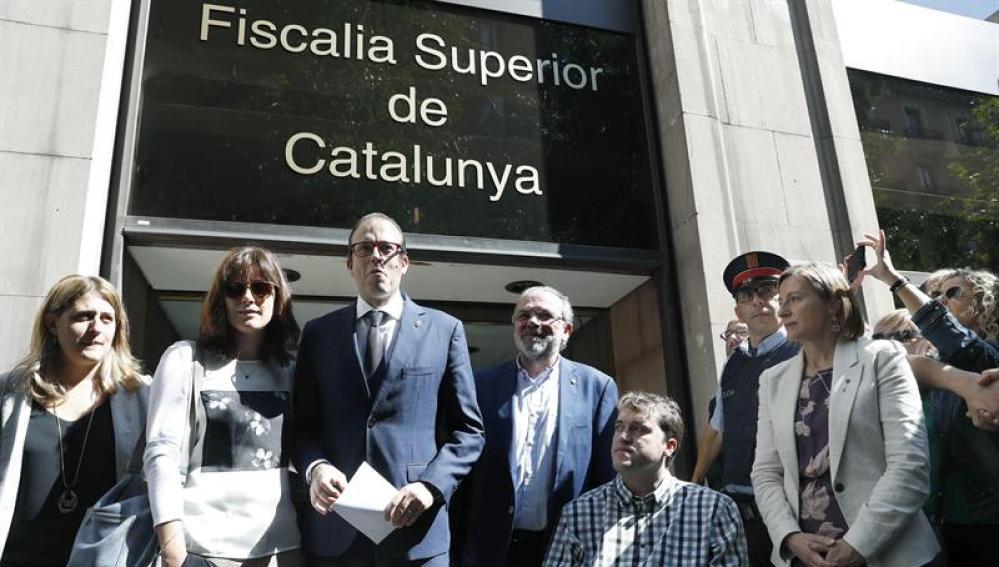 El alcalde de Mollerusa (Lleida) y diputado en el Parlament Marc Solsona, acompañado por la presidenta del Parlament, Carme Forcadell