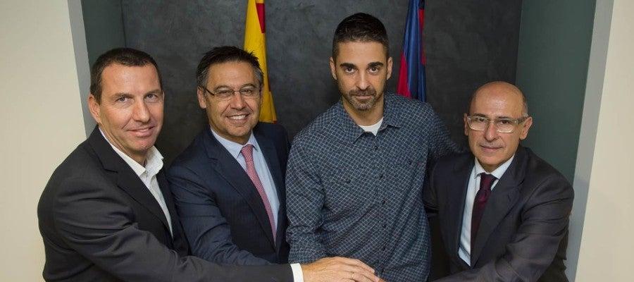 Navarro posa con Bartomeu tras llegar a un acuerdo