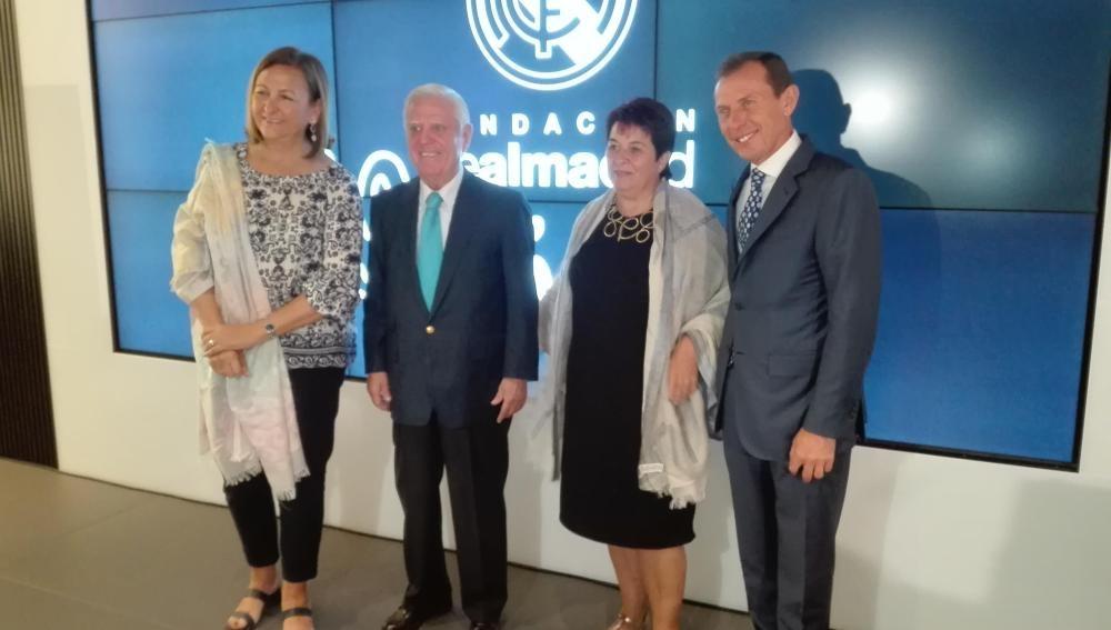 La alcaldesa Clara Luquero, la concejal de deportes, Marian Rueda, junto con Enrique Sánchez y Emilio Butragueño