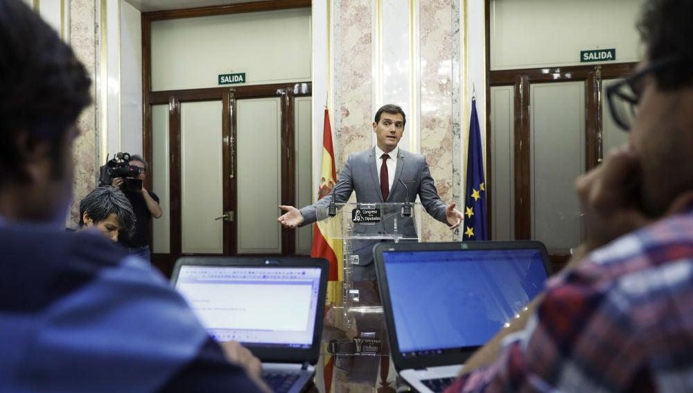 El presidente de Ciudadanos, Albert Rivera, durante la rueda de prensa que ha ofrecido en el Congreso
