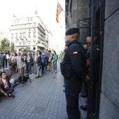 Guardias Civiles en la puerta de la consellería de Economía de la Generalitat