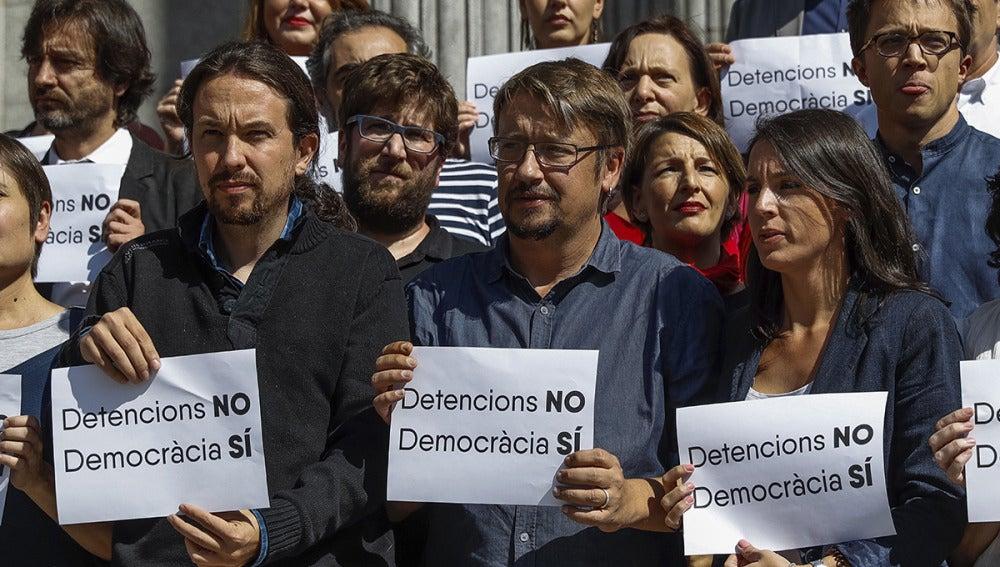 Pablo Iglesias en la puerta del Congreso para rechazar las detenciones de los altos cargos de la Generalitat
