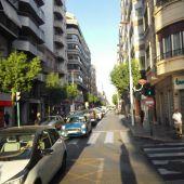 Coches circulando por la calle Reina Victoria de Elche.