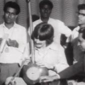 Sale a subasta un sitar que perteneció al guitarrista de los Beatles George Harrison