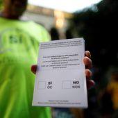 Una persona muestra una de las papeletas del referendum sobre la independencia de Cataluña